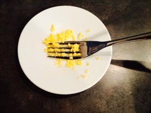 écrassez les jaunes avec la fourchette
