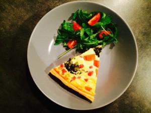 tarte brocolis présentée avec une salade