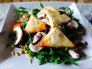 présentation samoussas avec une salade