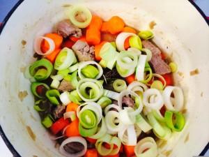 Ajout poireaux et carottes coupés en rondelles
