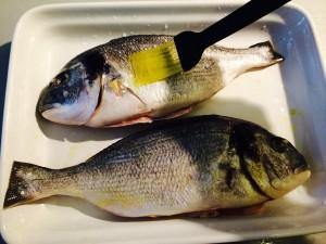 poissons badigeaonnés d'huile d'olive