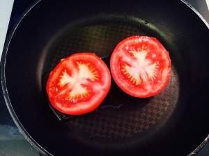 tomates dans la poêle huilée