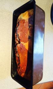 cake cuit reposant sur le côté