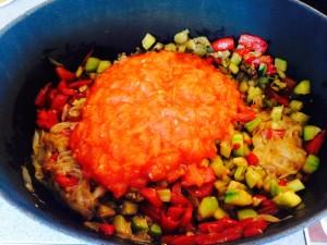 ajout de la sauce dans la cocotte