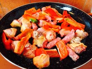 ajout du poulet, des poivrons et des saucisses