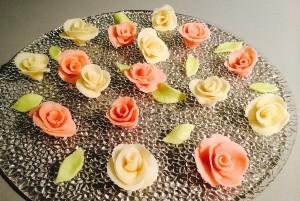 roses en pâte d'amande et leurs feuilles