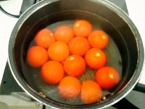 tomates plongées dans l'eau bouillante
