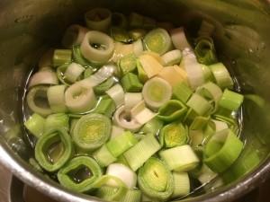 cuisson des poireaux et de pommes de terre