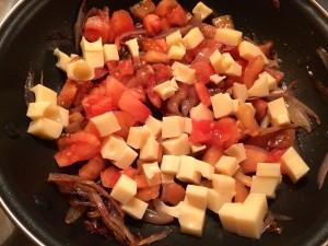 ajout des tomates et de l'emmental