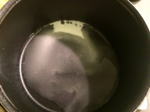sucre et eau dans casserole