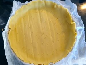fond de pâte piquée avec une fourchette