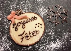 décoration de Noël : plaque en pâte d'amande et flocon en chocolat