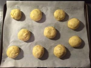 formez de petites boules et déposez -les sur une plaque de cuisson
